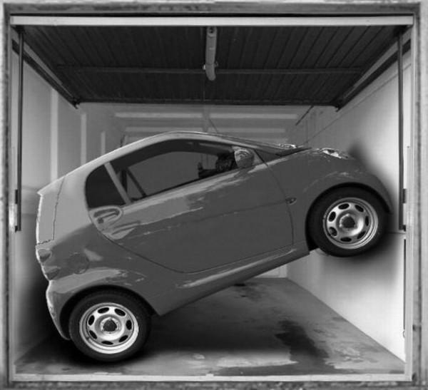 Smart parkt quer in der Garage
