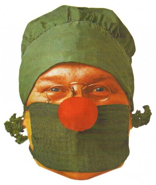Mediziner mit roter Nase und Gemüse im Ohr