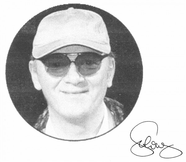 Mann mit Basecap und Sonnenbrille
